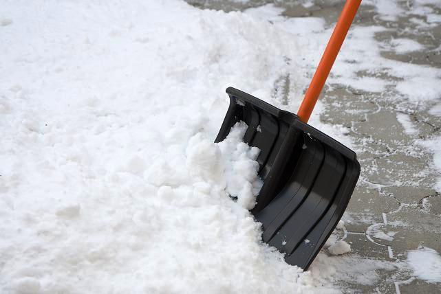 odsniezanie chodnika2 Pamiętajmy o obowiązku odśnieżania i zwalczania śliskości chodników oraz usuwania nawisów śnieżnych