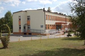 miejsca parkingowe przed Przychodnią Miejską Kontakt z Samodzielnym Gminnym Zakładem Opieki Zdrowotnej w Dąbrowie Tarnowskiej w czasie epidemii