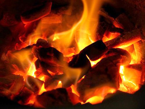 piec ogień Bezwzględny zakaz palenia śmieci w piecach domowych