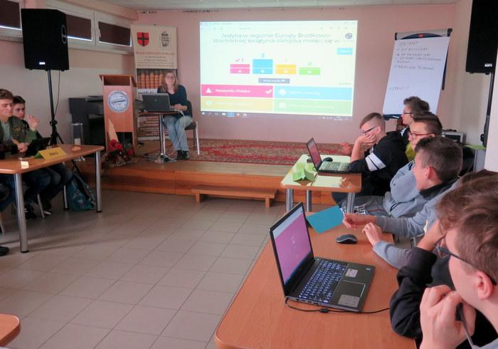IMG 8051aa Warsztaty w ramach Tygodnia Edukacji Globalnej w Miejskiej Bibliotece Publicznej w Dąbrowie Tarnowskiej
