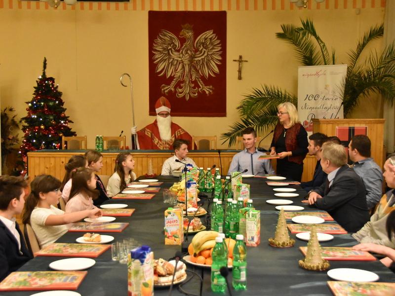DSC 00081 Mikołaj w Urzędzie Miejskim z podopiecznymi Jednostki Wspierającej Rodzinę