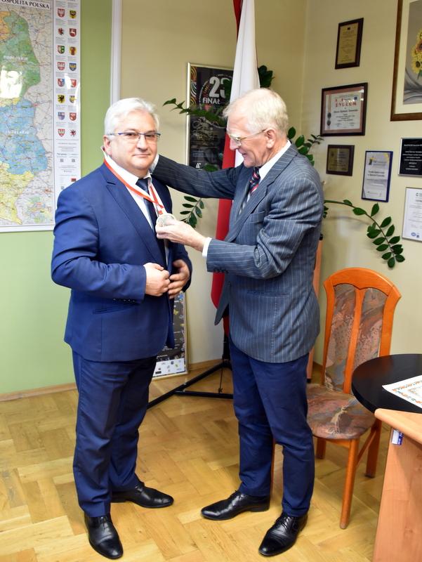 DSC 0188 Profesor Jan Chmura z wizytą w Urzędzie Miejskim w Dąbrowie Tarnowskiej