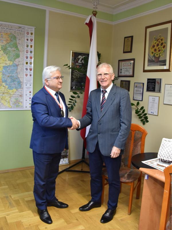 DSC 0194 Profesor Jan Chmura z wizytą w Urzędzie Miejskim w Dąbrowie Tarnowskiej