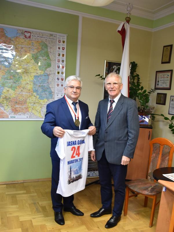 DSC 0197 Profesor Jan Chmura z wizytą w Urzędzie Miejskim w Dąbrowie Tarnowskiej