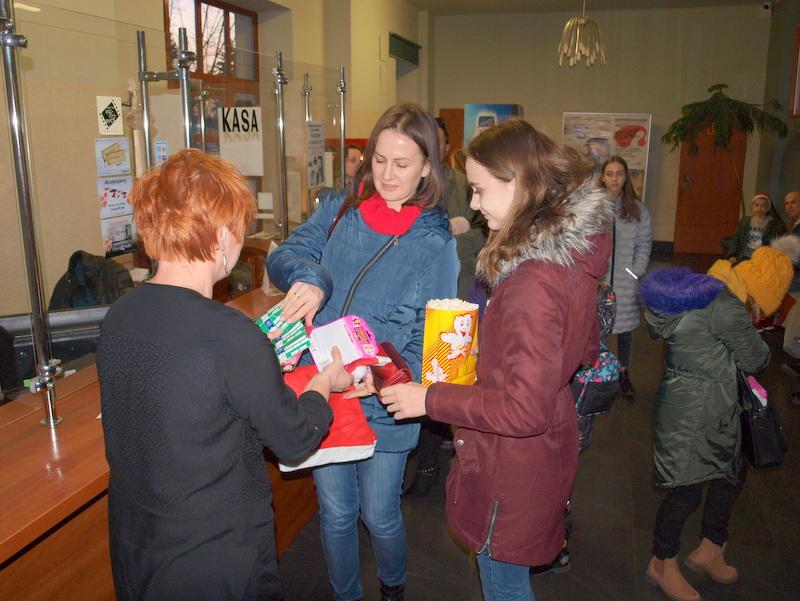 P1018610 Święty Mikołaj w Dąbrowskim Domu Kultury w kilku odsłonach