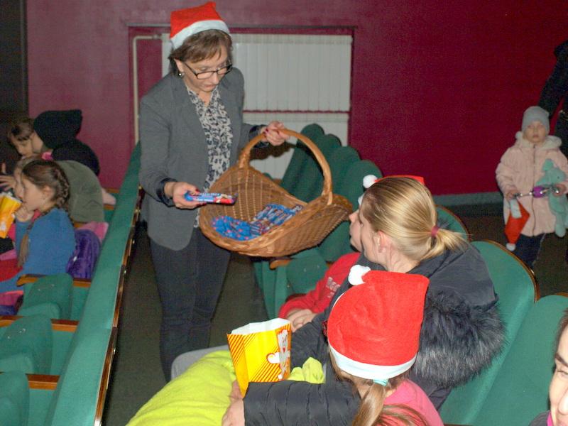 P1018618 Święty Mikołaj w Dąbrowskim Domu Kultury w kilku odsłonach