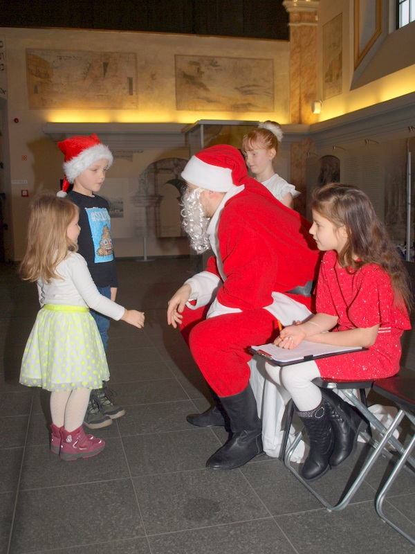 P1018681 Święty Mikołaj w Dąbrowskim Domu Kultury w kilku odsłonach