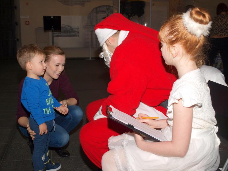 P1018691 Święty Mikołaj w Dąbrowskim Domu Kultury w kilku odsłonach