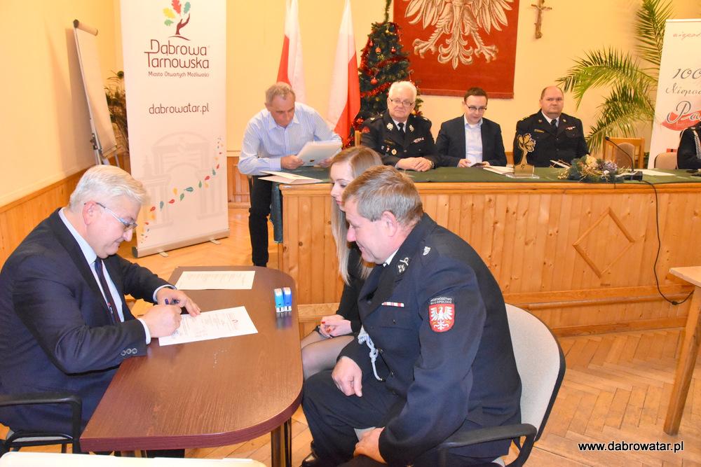 Przekazanie sprzętu dla OSP MS FS Gmina Dąbrowa Tarnowska 2020 27 Uroczyste przekazanie sprzętu jednostkom OSP z Gminy Dąbrowa Tarnowska w ramach Funduszu Sprawiedliwości Ministerstwa Sprawiedliwości