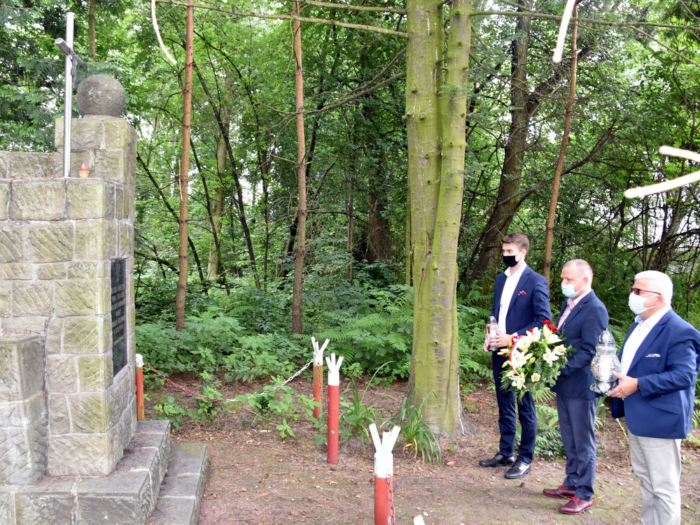 Pomnik w Lasku Danielnik 29 07 2020 1 Samorządowcy w hołdzie zamordowanym w dąbrowskim Danielniku