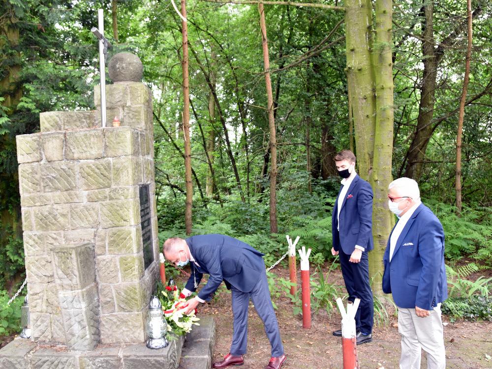 Pomnik w Lasku Danielnik 29 07 2020 2 Samorządowcy w hołdzie zamordowanym w dąbrowskim Danielniku