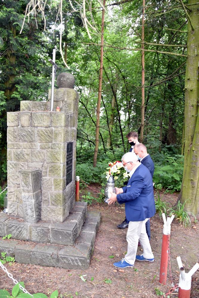 Pomnik w Lasku Danielnik 29 07 2020 4 Samorządowcy w hołdzie zamordowanym w dąbrowskim Danielniku