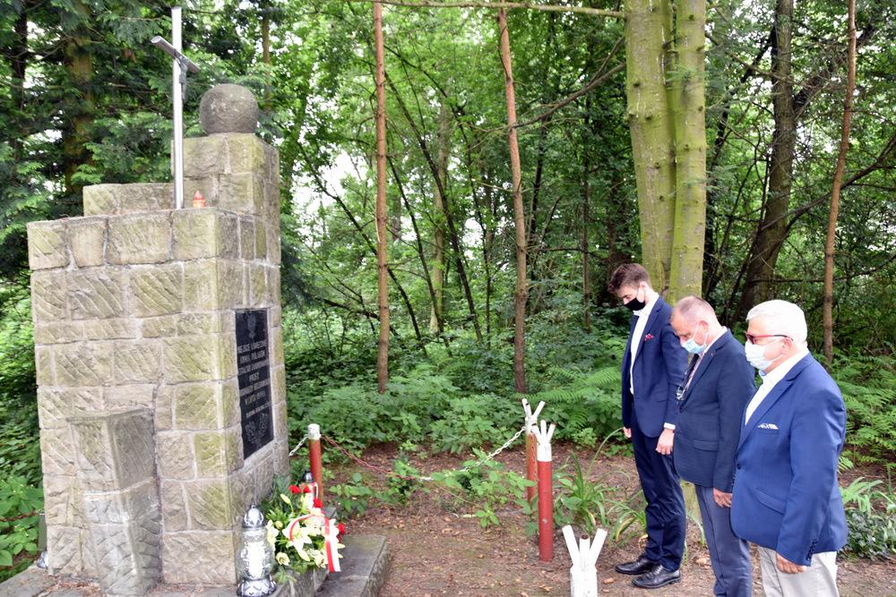 Pomnik w Lasku Danielnik 29 07 2020 5 Samorządowcy w hołdzie zamordowanym w dąbrowskim Danielniku
