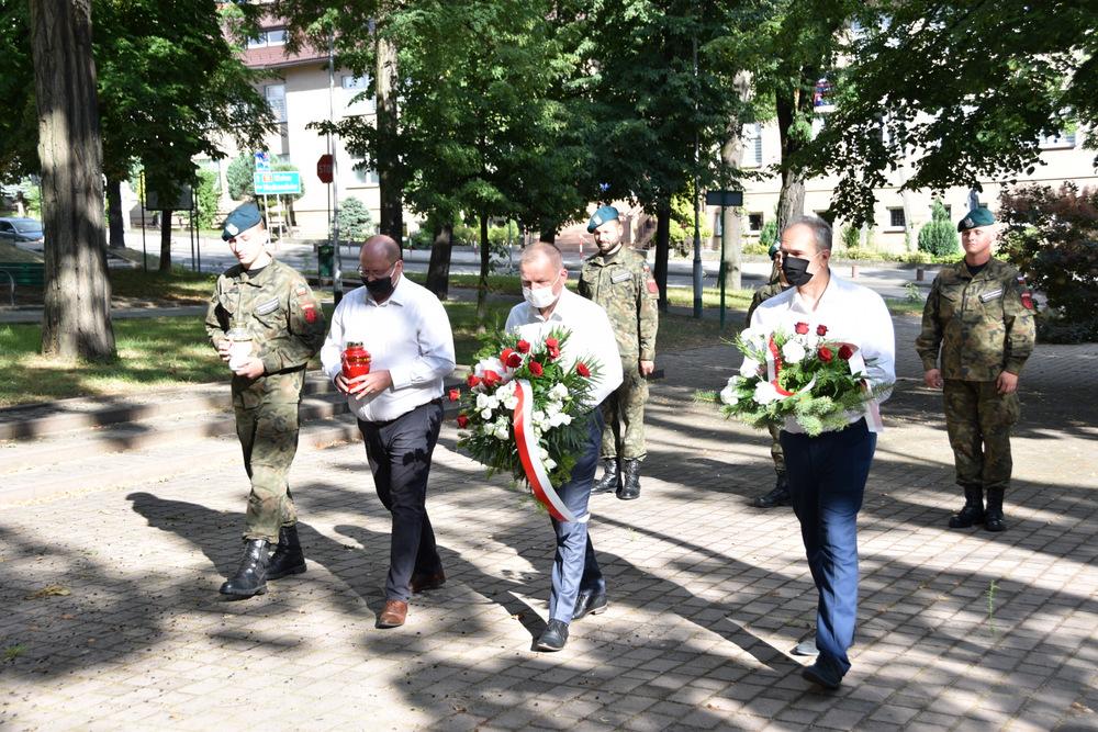 DąbrowaTarnowska 1 sierpnia 2020 76 Rocznica PW 4 Samorządowcy i dąbrowscy Strzelcy JS 2083 oddali hołd bohaterom Powstania Warszawskiego