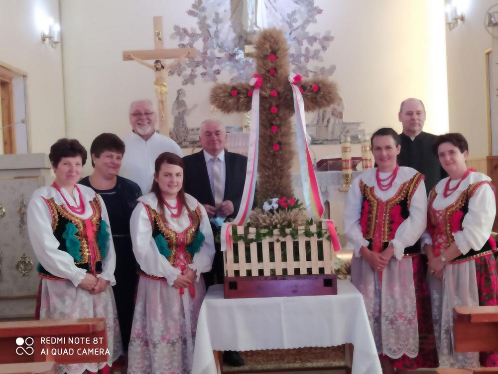 6 DOŻYNKI BRNIK 2020 5 W sołectwie Brnik, zgodnie z wieloletnią tradycją, dziękowali Bogu za zebrane plony