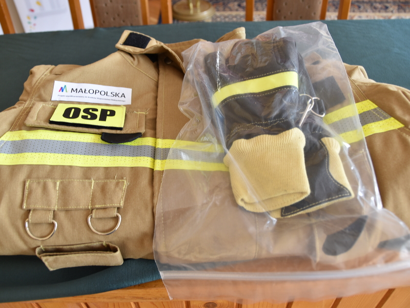 DSC 0746 Przekazanie ubrań i rękawic ochronnych dla OSP Nieczajna Górna