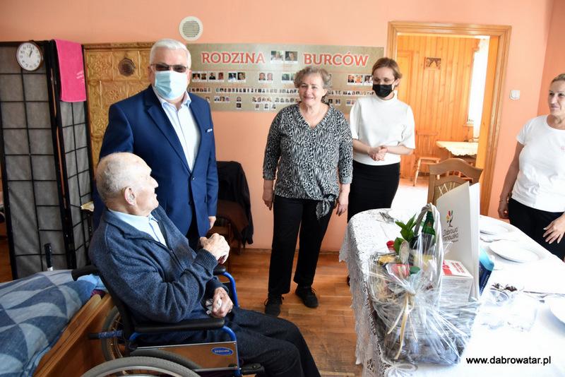 1 Kazimierz Burzec 101 lat 11 Odwiedziny Burmistrza u najstarszego mieszkańca gminy