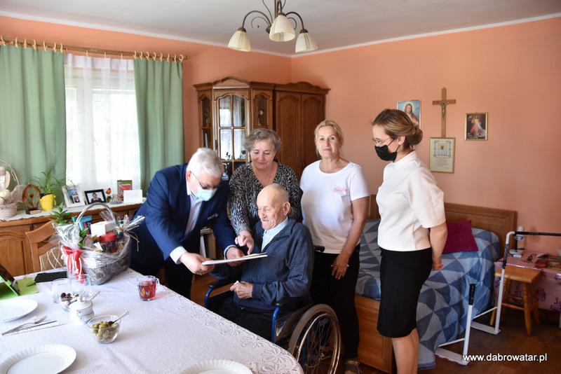 1 Kazimierz Burzec 101 lat 12 Odwiedziny Burmistrza u najstarszego mieszkańca gminy