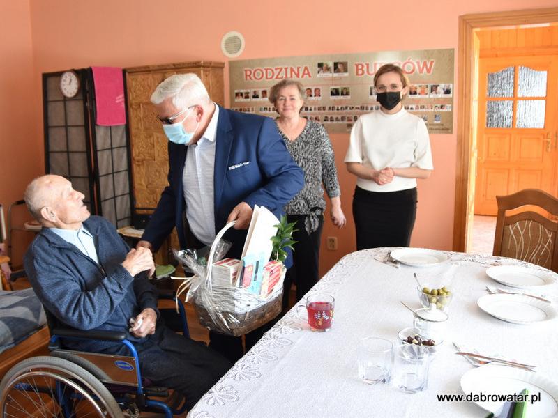 1 Kazimierz Burzec 101 lat 6 Odwiedziny Burmistrza u najstarszego mieszkańca gminy