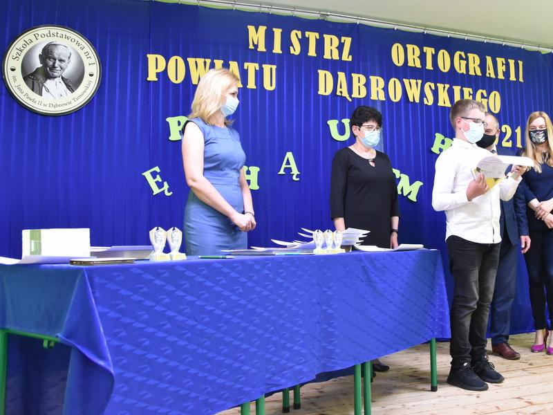 DSC 0079 001 Mistrzowie ortografii w powiecie dąbrowskim z nagrodami