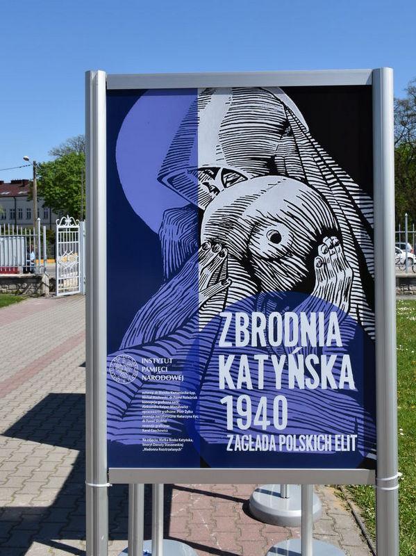 """DSC 8438 Zapraszamy do obejrzenia wystawy plenerowej """"Zbrodnia Katyńska 1940. Zagłada polskich elit"""""""