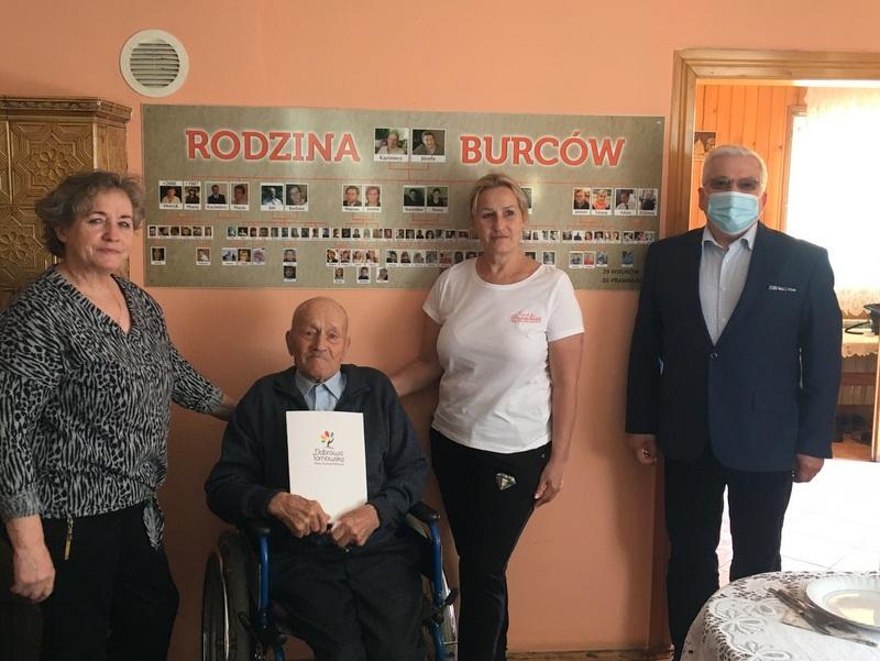 KB 07 Odwiedziny Burmistrza u najstarszego mieszkańca gminy